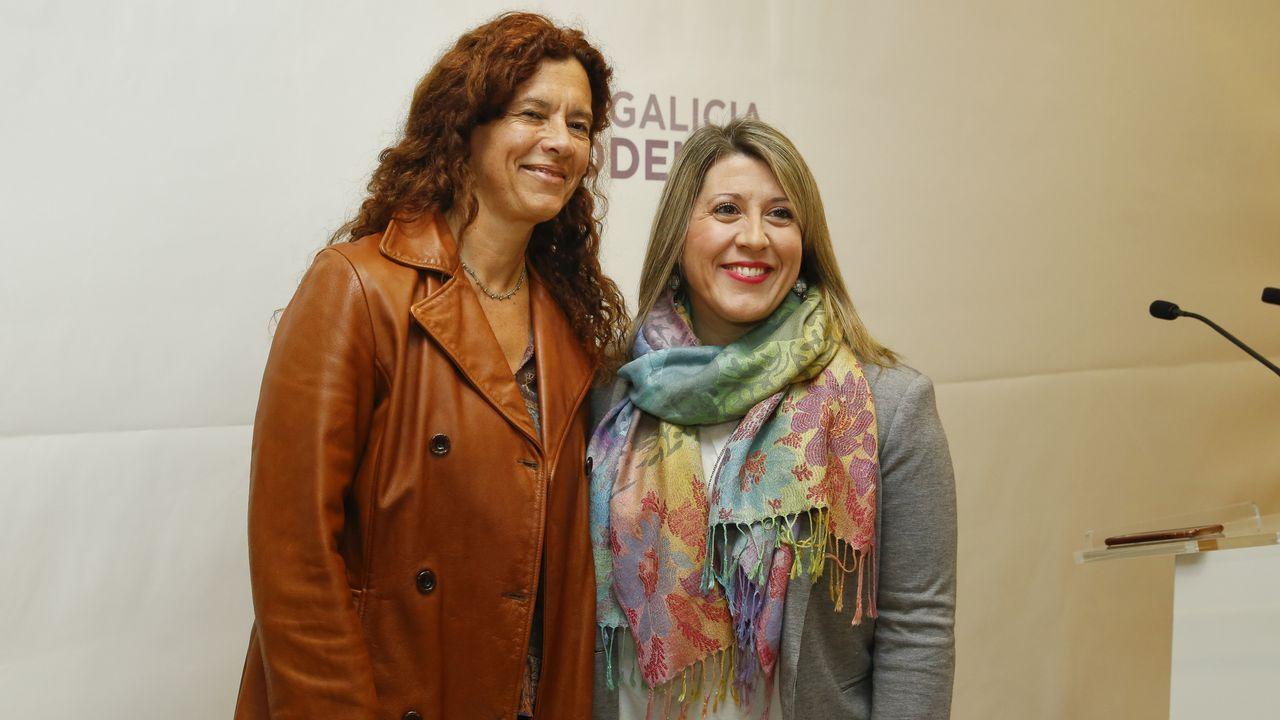 Así transcurrió el pleno en el que se debatió el futuro de la valedora.Julia Torregosa (izquierda) y Carmen Santos, ayer en Santiago