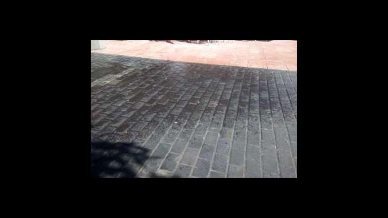 En el exterior, la sidra se escancia en el suelo, lo que provoca resbalones entre los vecinos