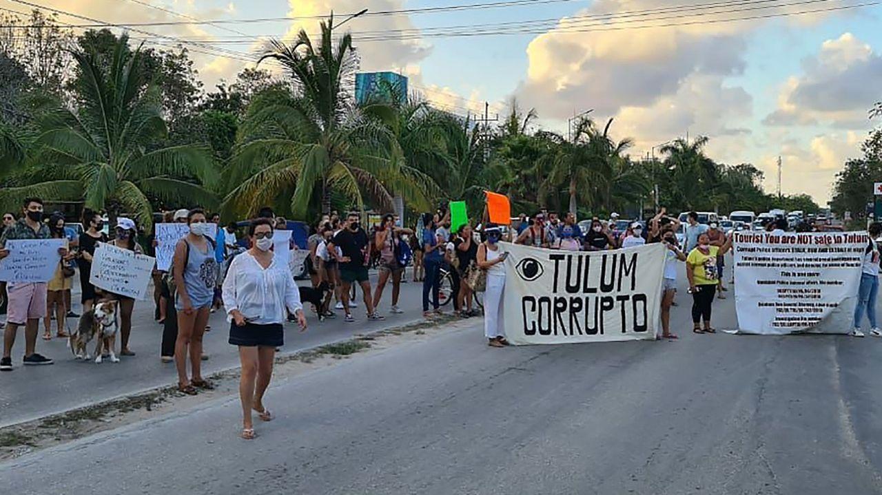 Un grupo de personas bloquea la carretera en protesta tras la muerte de la turista salvadoreña debido al abuso en su detención por fuerzas policiacas en el municipio de Tulum, en Quintana Roo