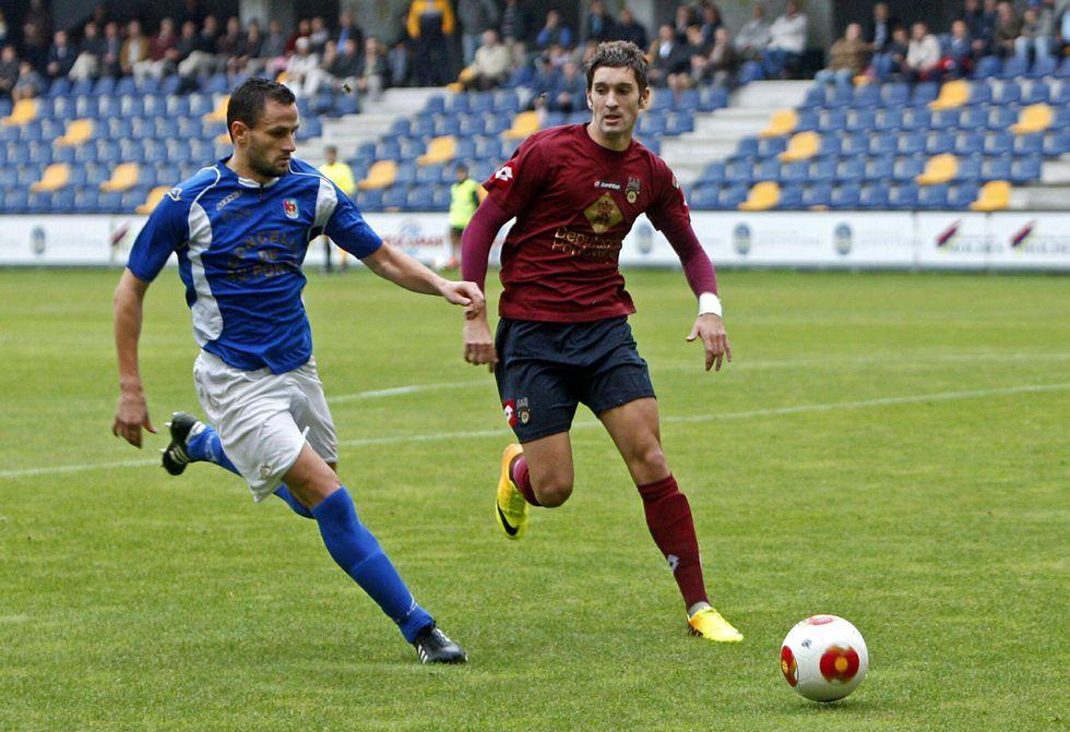 Aitor Díaz, con la camiseta azul del As Pontes, el año pasado en el duelo de liga en Pasarón.