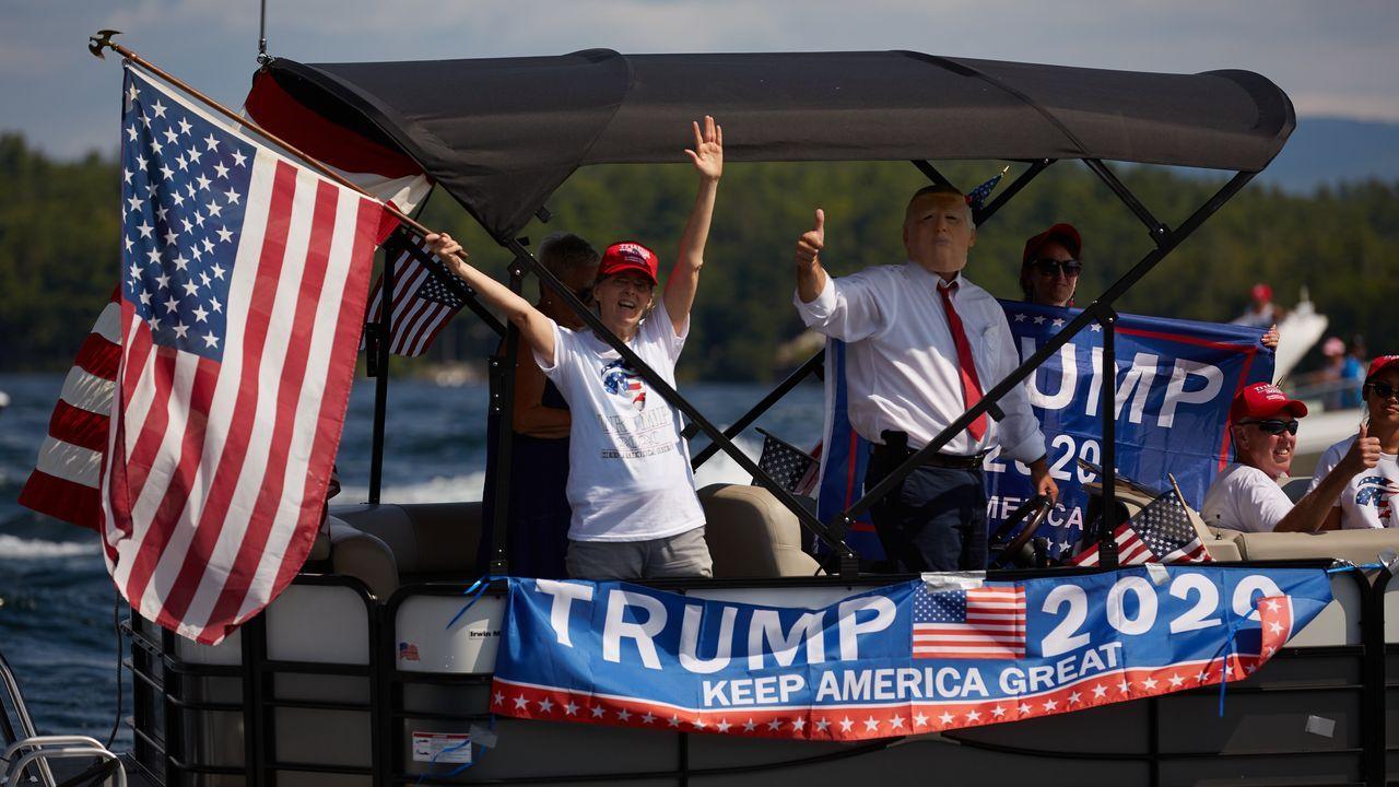 Partidarios de Trump celebraron un desfile con sus barcos por un lago de Nuevo Hampshire, en la víspera del inició de la convención republicana virtual