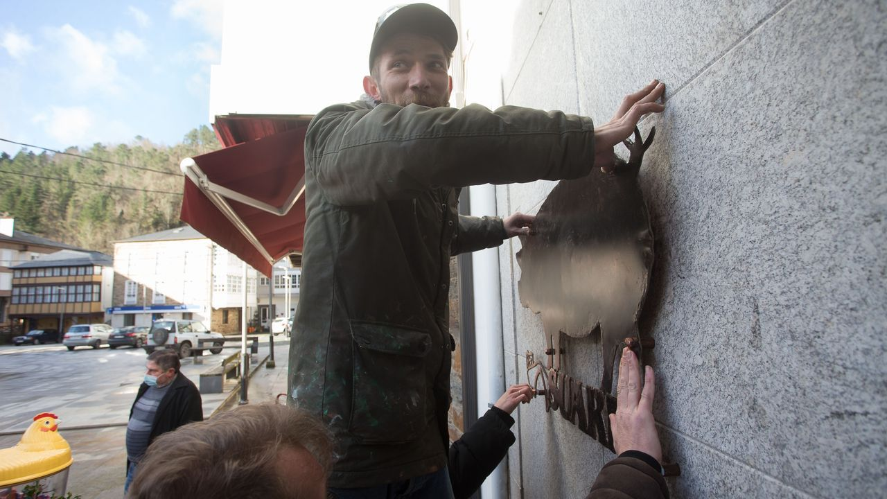 Pavel, artista do ferro, colocando o letreiro que fixo para a tenda de Mari