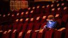 Un espectador aguarda el comienzo de la película «Godzilla vs. Kong»
