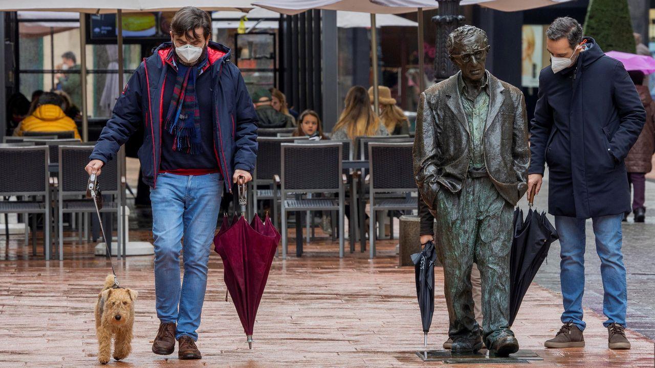 Paseantes ante la estatua de Woody Allen en Oviedo