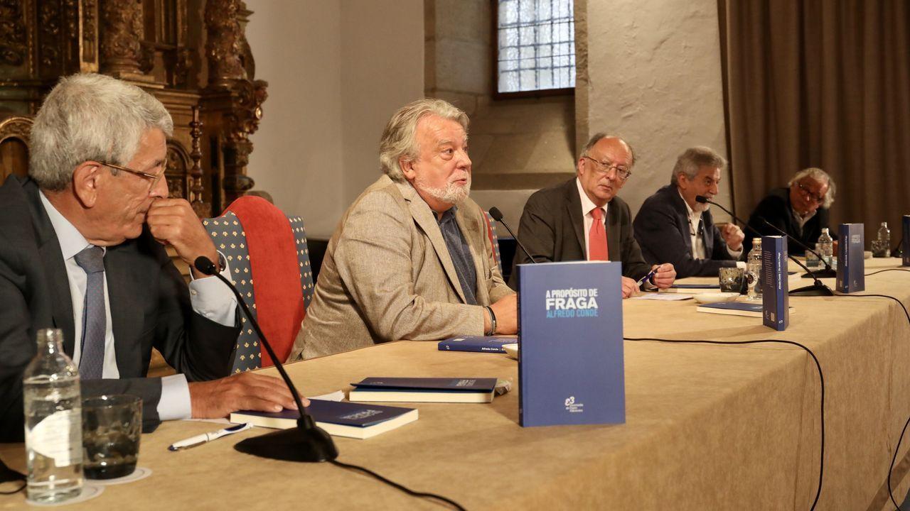 Alfredo Conde, en el centro, durante la presentación de su libro sobre Fraga