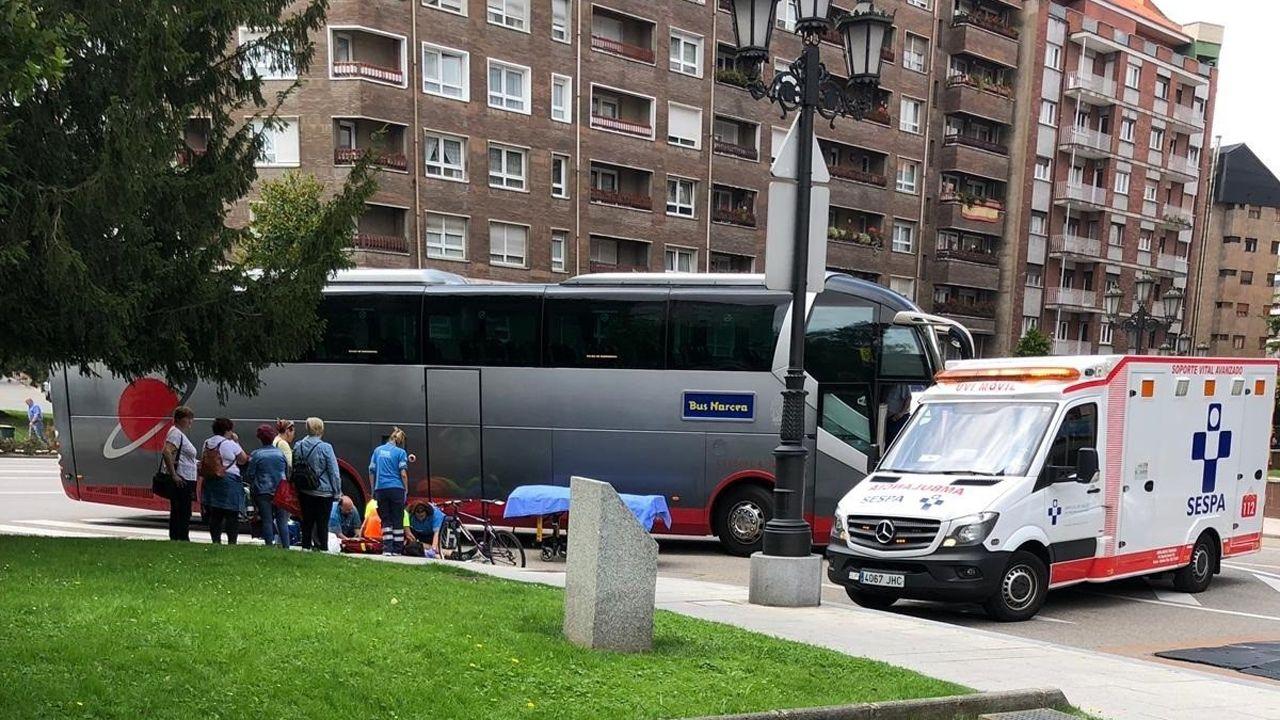 Un ciclista con traumatismo grave tras ser atropellado por un autobús en Oviedo