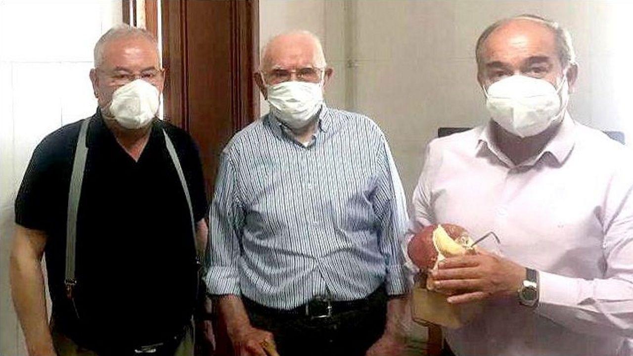 José Veiga Gándara recibió la visita del alcalde de Rois, Ramón Tojo, y el teniente de alcalde, Manuel dos Santos, quienes un año más obsequiaron al centenario con un detalle por su cumpleaños.