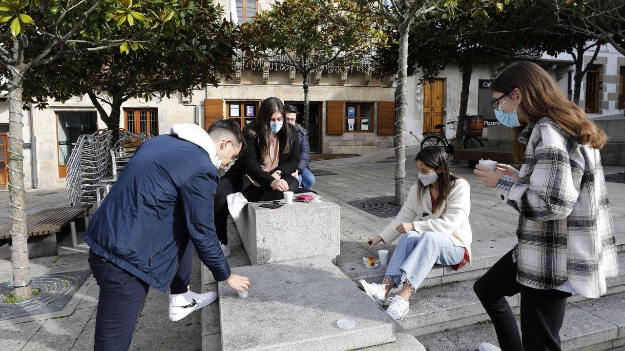 El cierre de la hostelería animó a tomar café con bizcocho en la calle a estos jóvenes en Viveiro