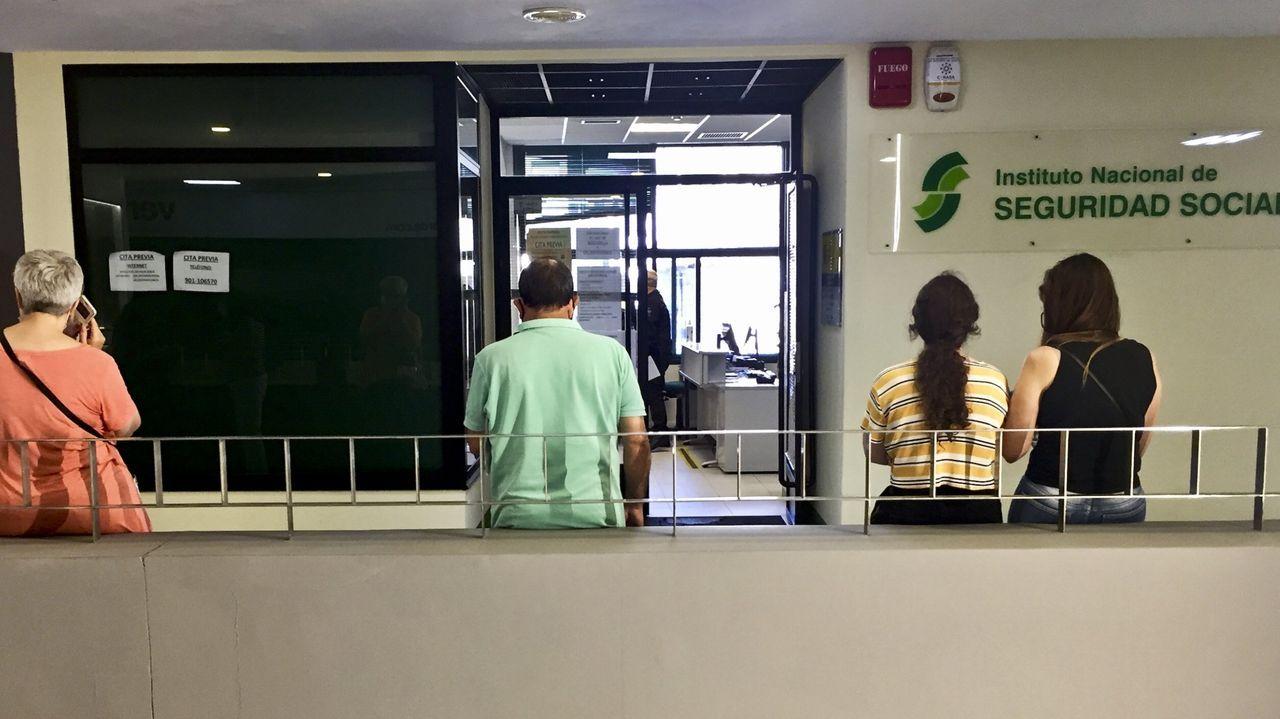 Mobi-Liza enseña a pedalear.Un hombre ataviado con una máscara sanitaria pasa frente a una oficina pública de empleo cerrada, en Oviedo.