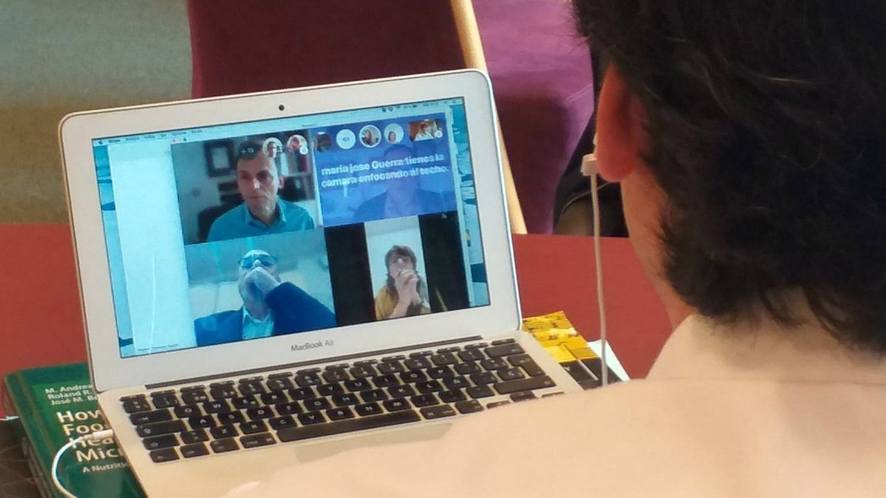 Duque y Simón explican a los niños cómo ponerse una mascarilla y cómo controlan los astronautas los picores.El consejero de Ciencia, Borja Sánchez,.durante la videoconferencia con el ministro Pedro Duque.