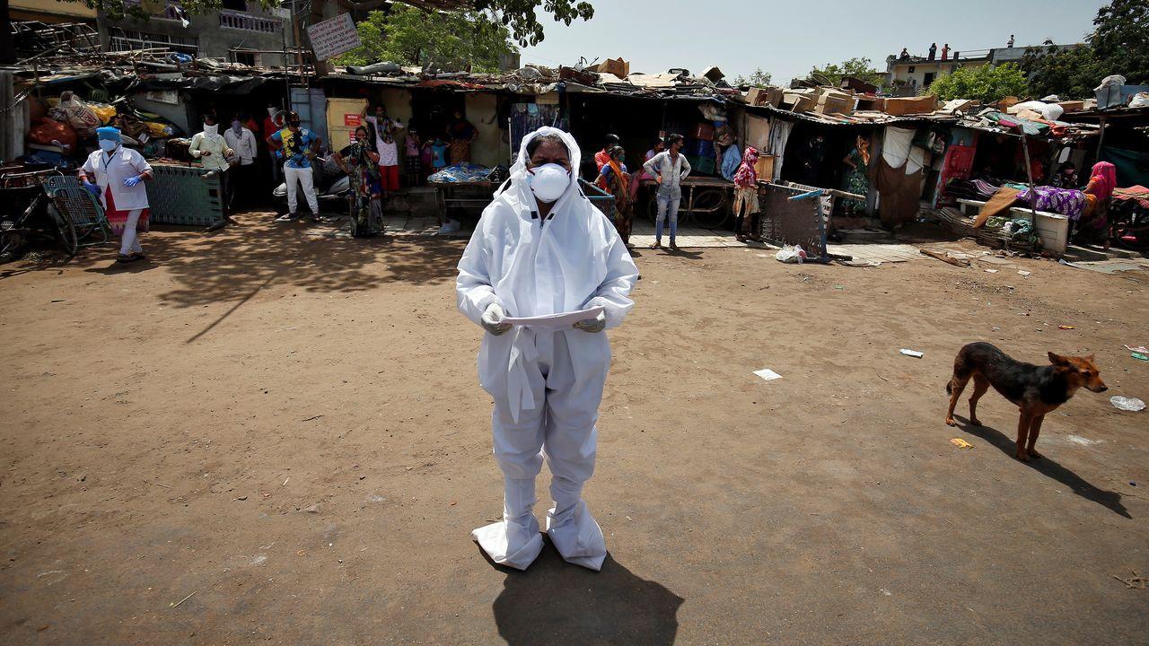 Un sanitario anuncia los nombres de personas infectadas con coronavirus en La India