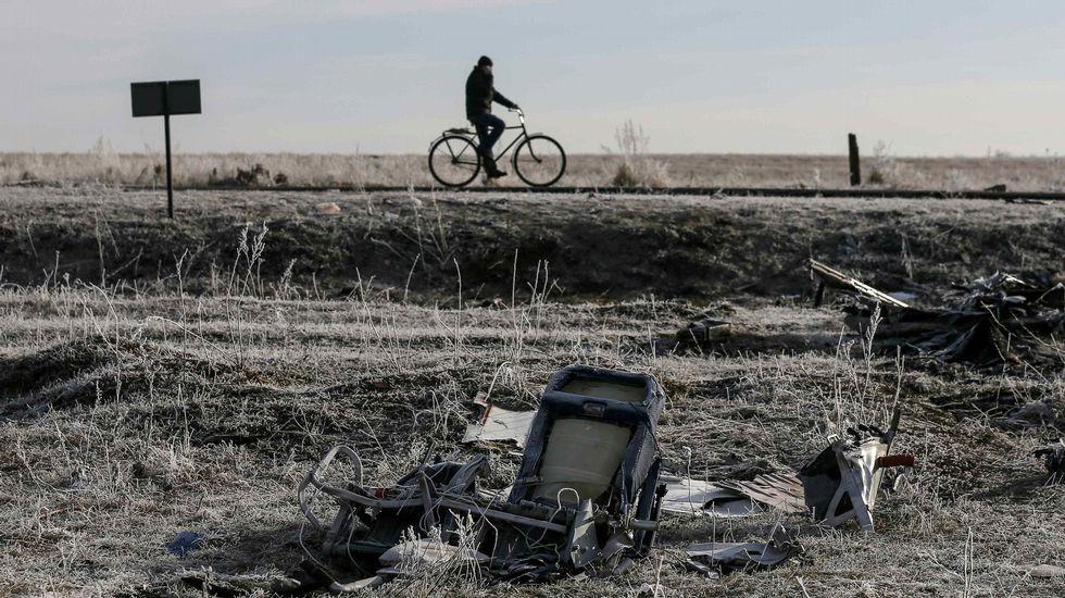 Restos del vuelo MH17 que fue derribado por un misil en Ucrania