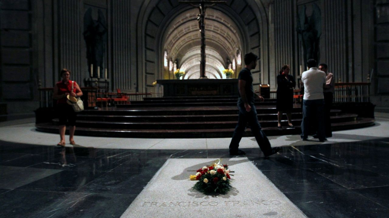 Los invitados a la boda de Rafa Nadal y Mery Perelló.La tumba de Franco en el Valle de los Caídos