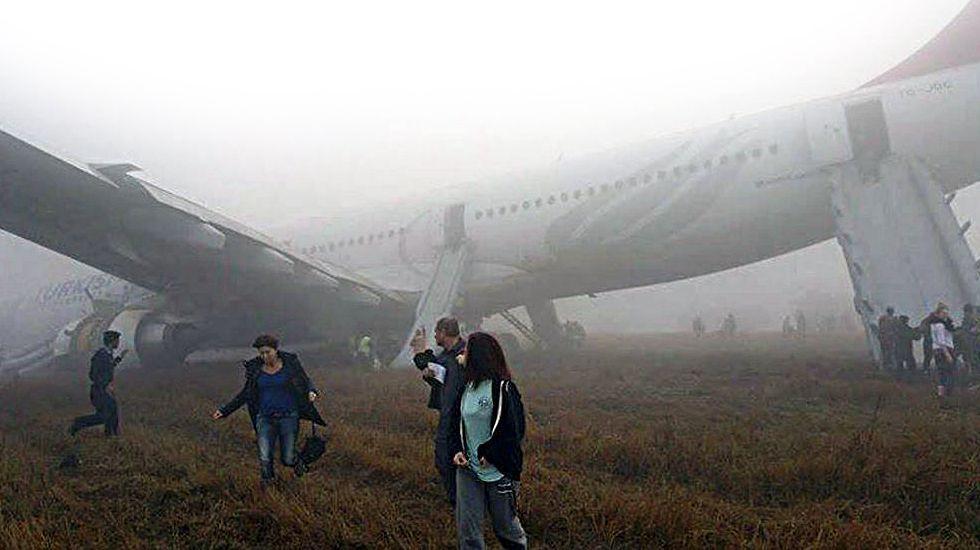 Accidente aéreo de Germanwings:Operativo de rescate del avión siniestrado en Francia.Fotografía tomada por uno de los pasajeros con un smartphone muestra la evacuación de un airbus de Turkish Airlines tras un brusco aterrizaje en el aeropuerto internacional de Katmandú