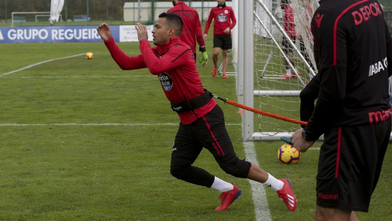 Tejera Christian Fernandez Real Oviedo Nastic Carlos Tartiere.Saúl Berjón protege un balón en el Nàstic-Oviedo