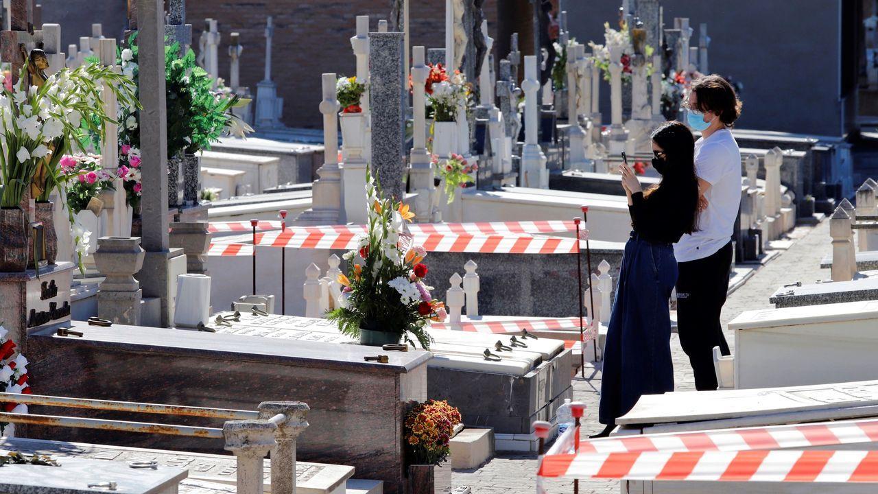 Un difuntos de media hora en el cementerio en Vigo.Las floristerías están llevando los centros a los propios panteones
