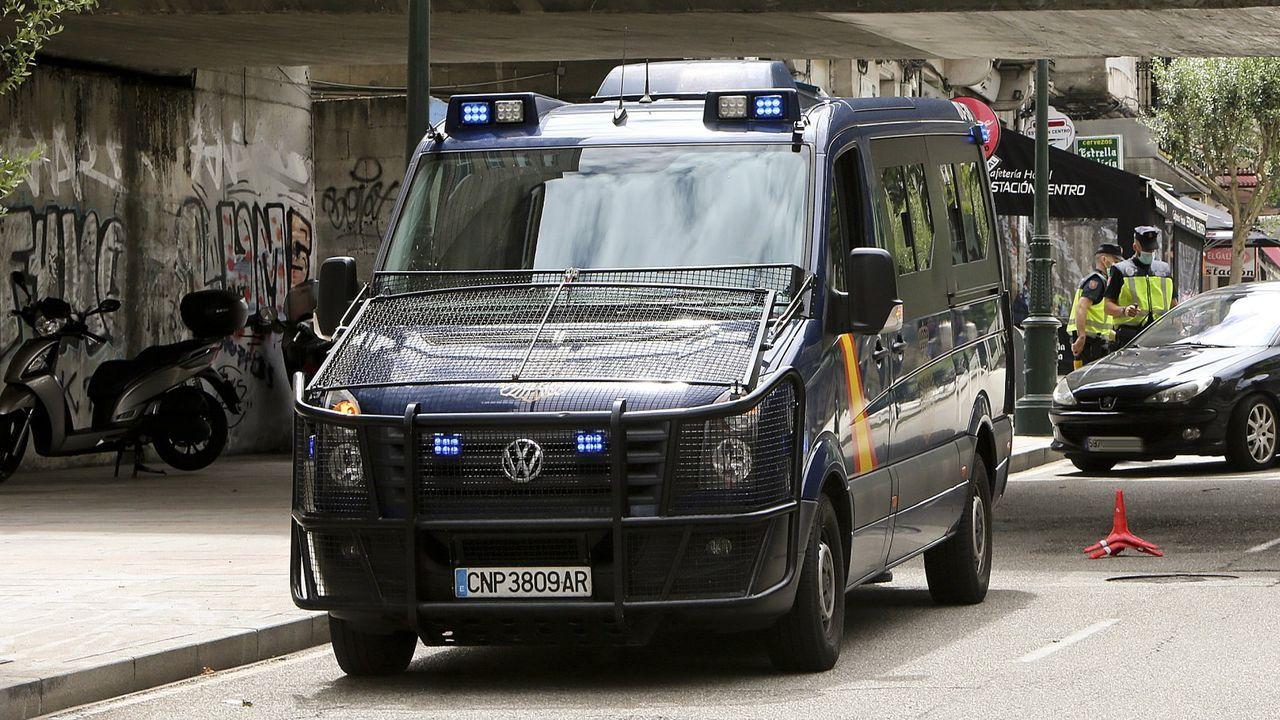Un helicóptero policial apoya los controles para blindar el cierre perimetral de Vigo por el covid.El viaducto de Teixeiras, en la línea de alta velocidad a Galicia, que debe ponerse en servicio este año