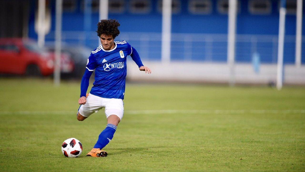 Javi Mier golpea un balón en un partido con el Vetusta