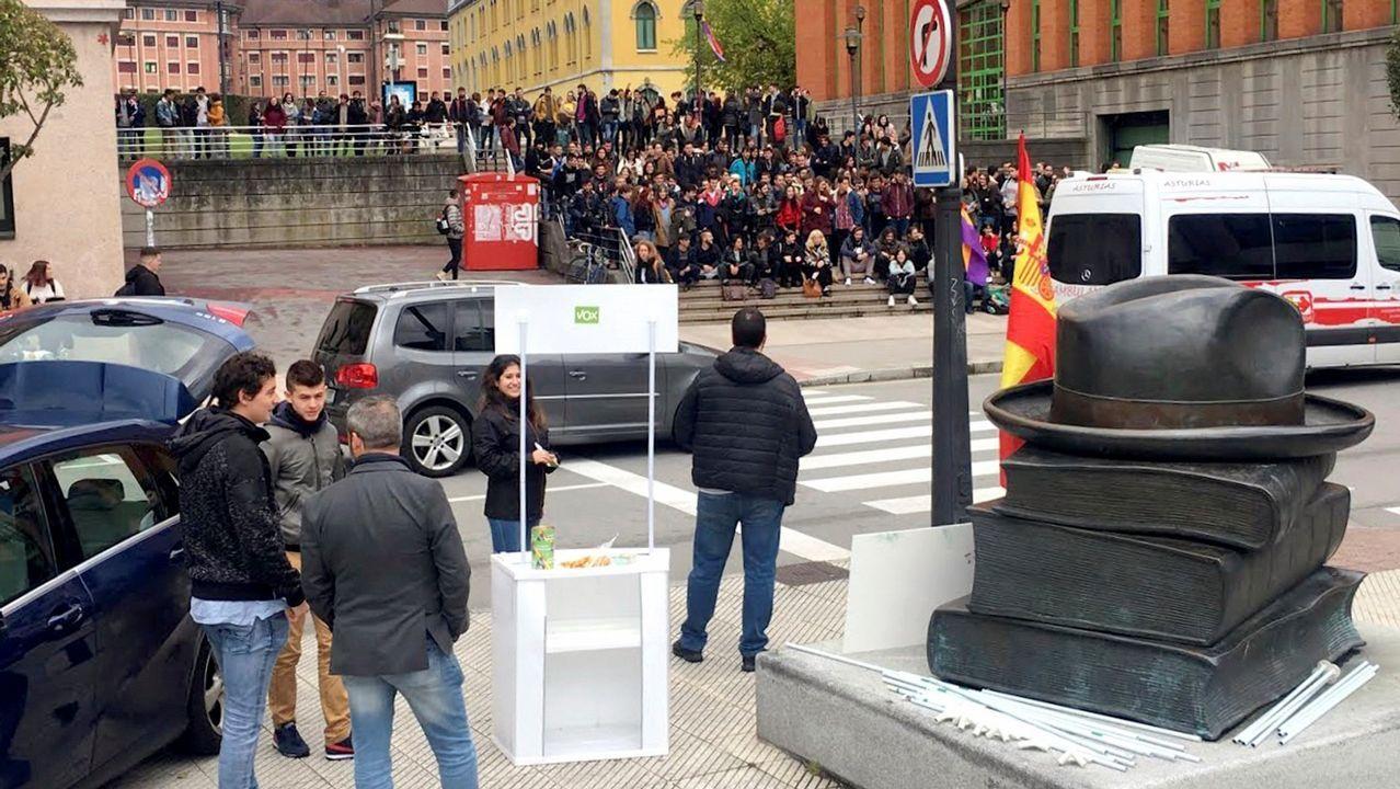 Alumnos del campus de El Milán (Oviedo) frente al puesto de simpatizantes de Vox