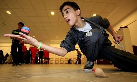 Algunos niños fueron capaces de hacer espectaculares acrobacias con sus peonzas.