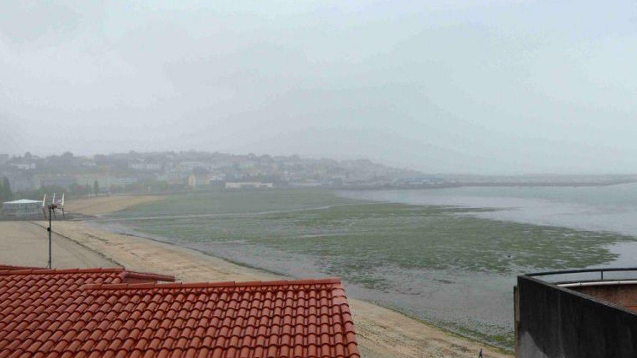 La inundaciones vuelven a desbordar Sada.El desprendimiento de una cornisa alerta a vecinos de Sada.