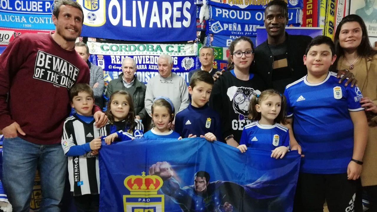 Christian, Ibra y María Méndez con niños de la Peña Azul Olivares