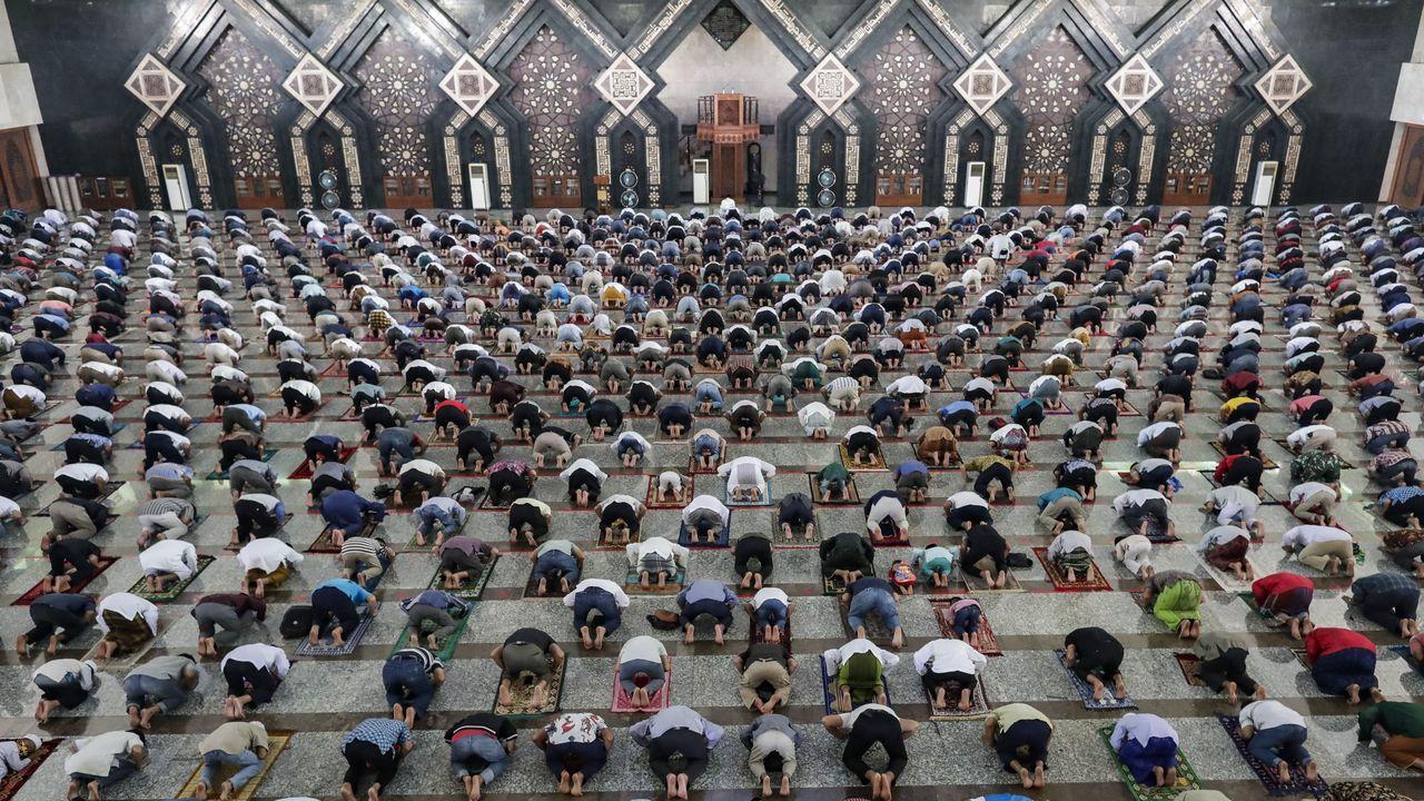 Una mezquita indonesia llena de fieles durante el rezo del viernes