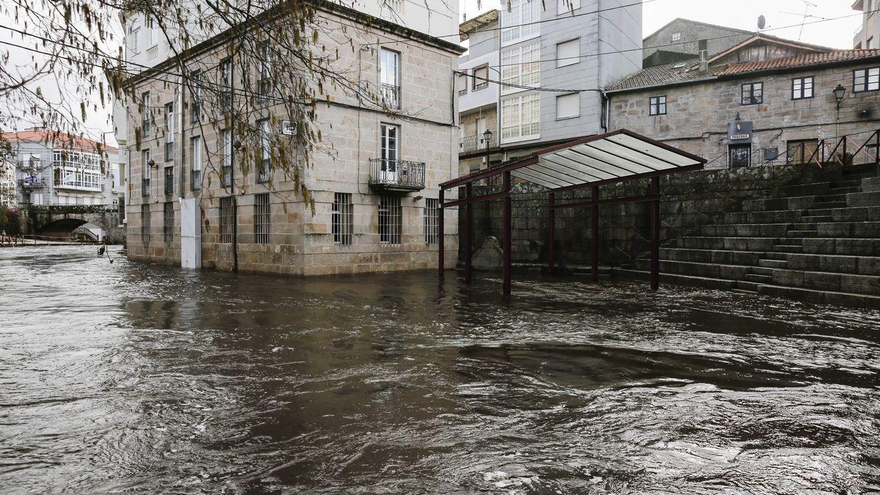 En alerta por el caudal de los ríos en la provincia.Entrega de material de la Xunta para combatir las nevadas