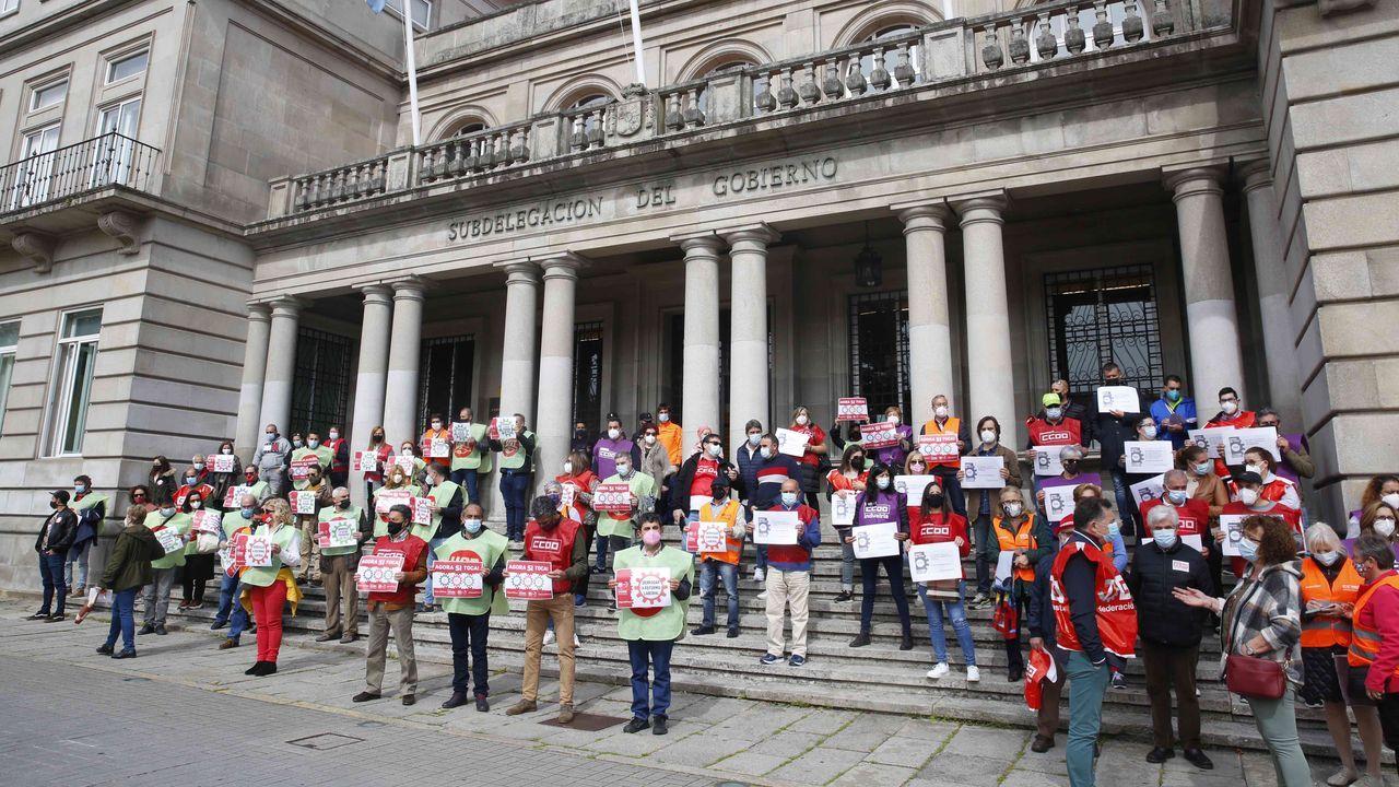 Así celebran los trabajadores gallegos elPrimero de Mayo.Concentración de los sindicatos CC.OO. y UGT frente a la Subdelegación del Gobierno en Pontevedra