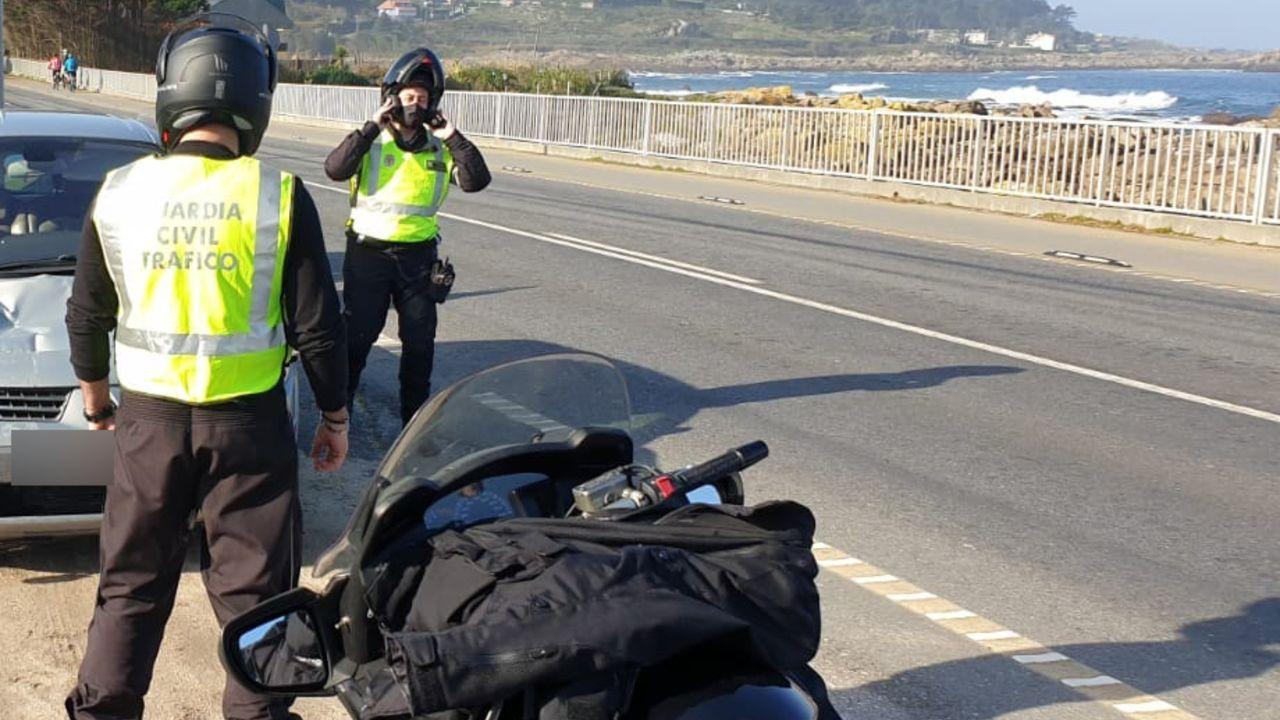 El enduro de Piñor abre la liga gallega de moto de campo.ATENCIÓN MOTORISTAS El expiloto Jorge Martínez Aspar descubre la señal en presencia del ministro del Interior, en una imagen de archivo