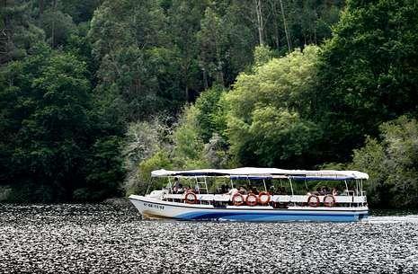La nueva embarcación reforzará la oferta de catamaranes en los embalses del Miño.