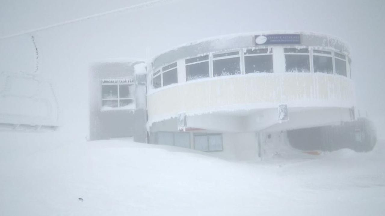 Imágenes que dejó la festividad de Santos en el sur lucense.La estación de esquí de Pajares cubierta de nieve y hielo