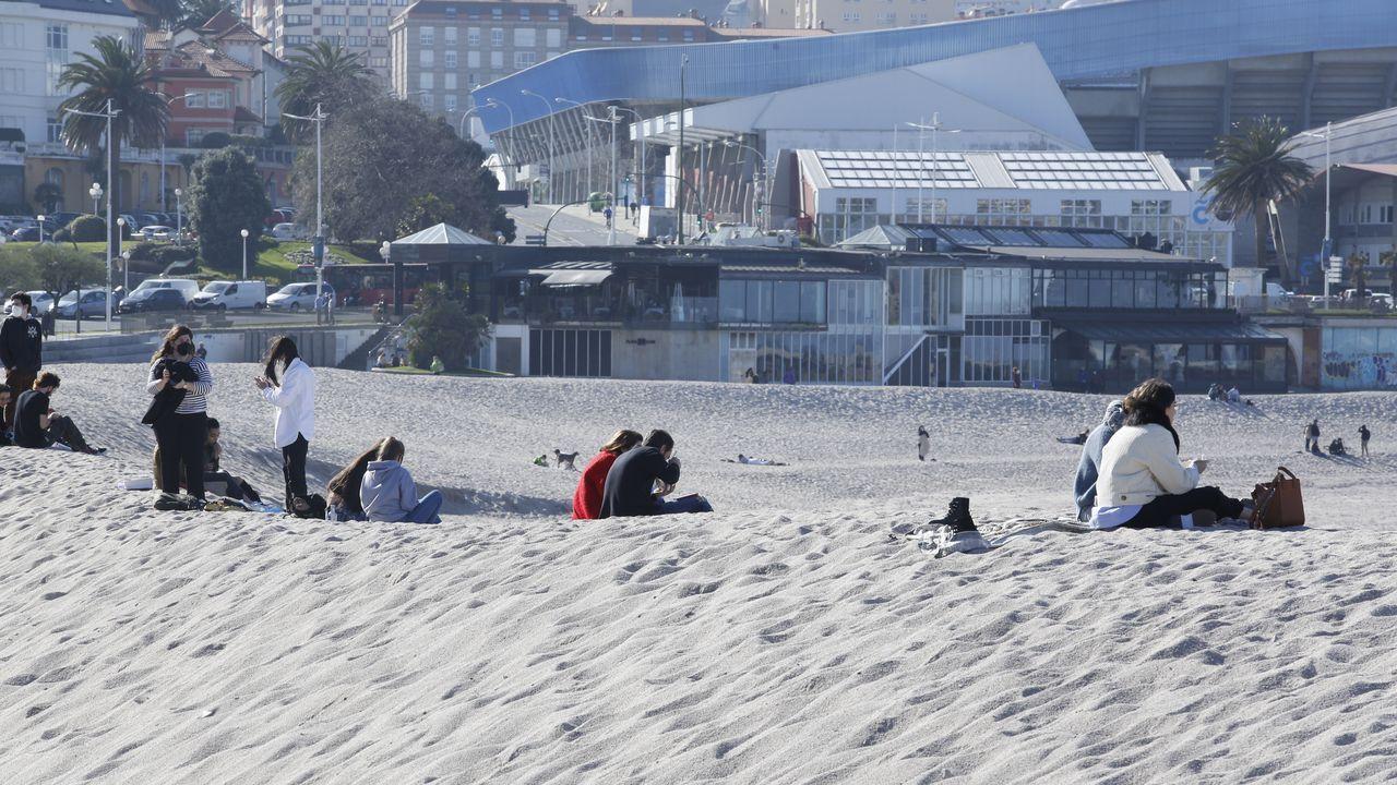 Coruñeses aprovechando el buen tiempo en la playa