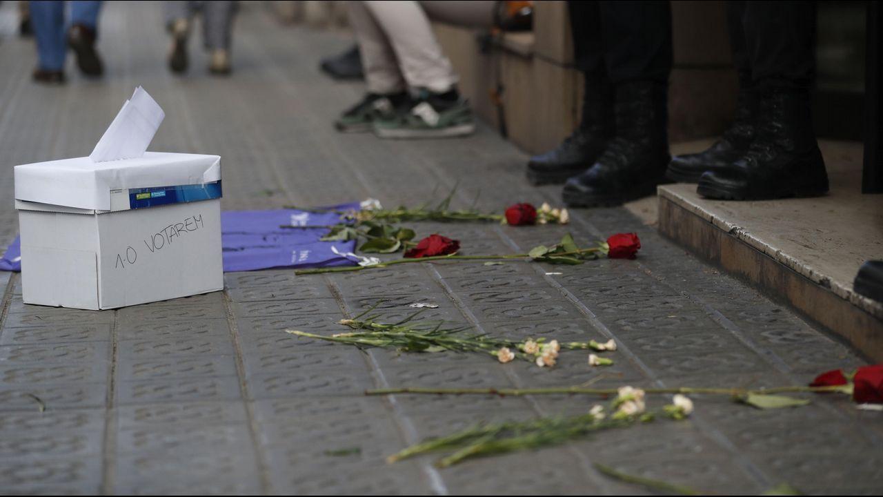 Flores ante la consellería de Exteriores de la Generalitat, donde se han realizado registros