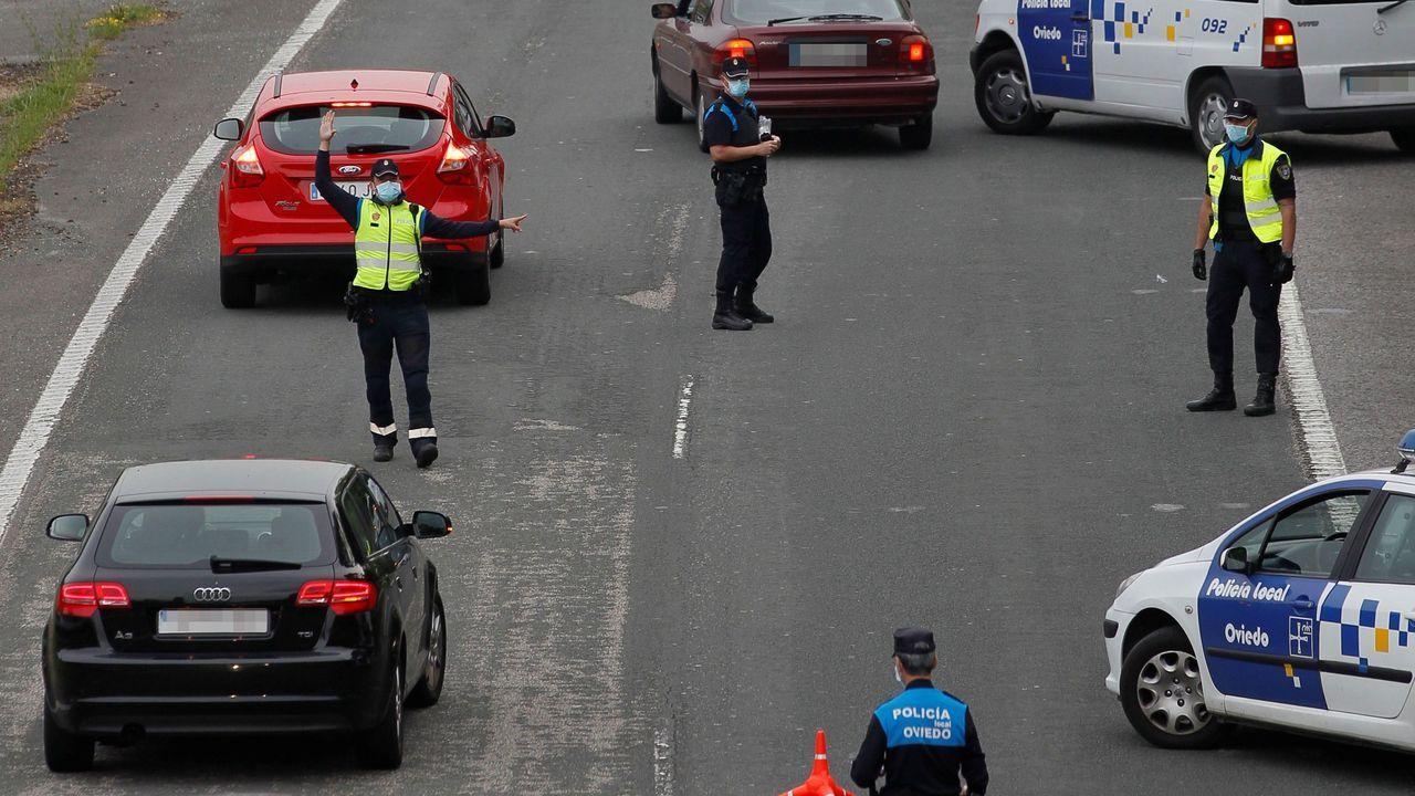 Agentes de policía realizan un control de tráfico a la entrada de Santullano, Oviedo