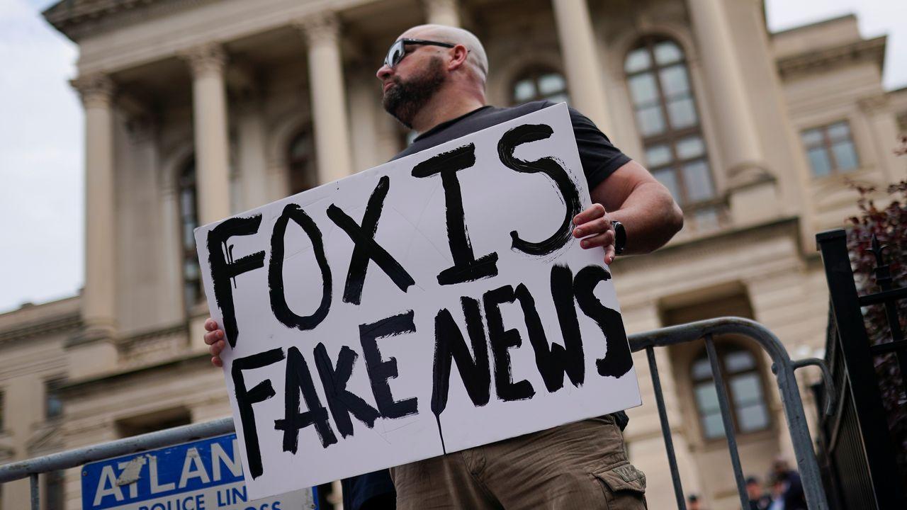 Un seguidor de Trump protesta conra las «mentiras» de la Fox