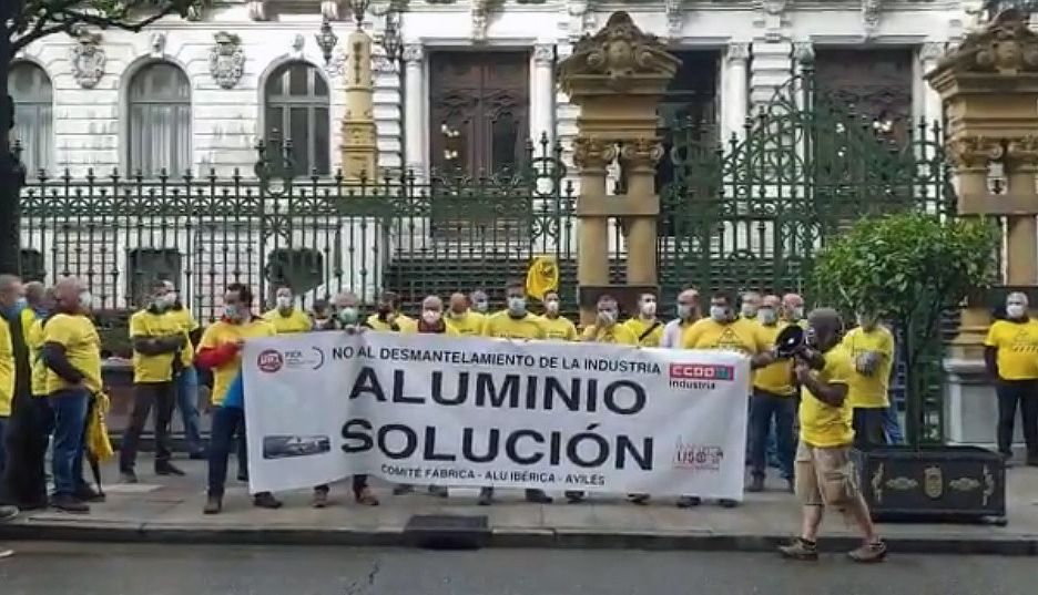 La plantilla de Alu Ibérica de Avilés, concentrada delante de la Junta General, en Oviedo