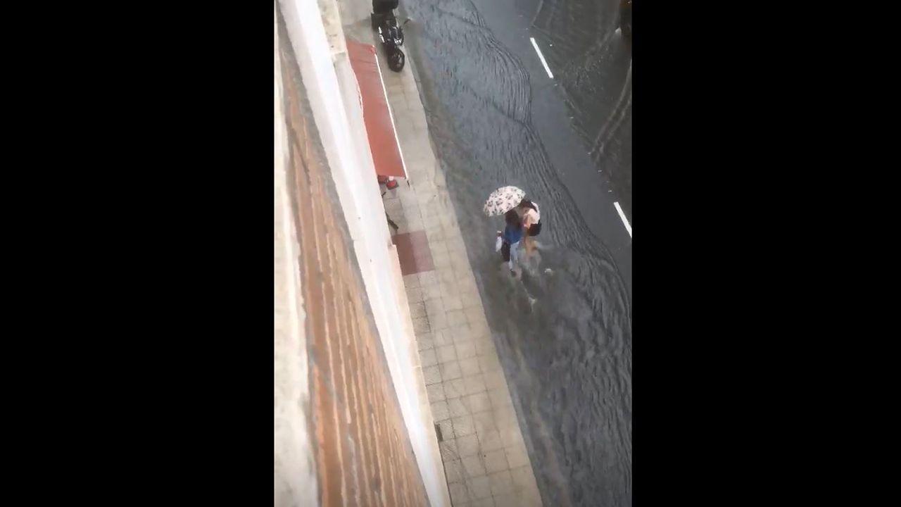 La tormenta de verano inunda Oviedo.La iniciativa se nutre de la gente del barrio, pero también de los turistas y usuarios de la lancha. En foto, Lola Valdivieso