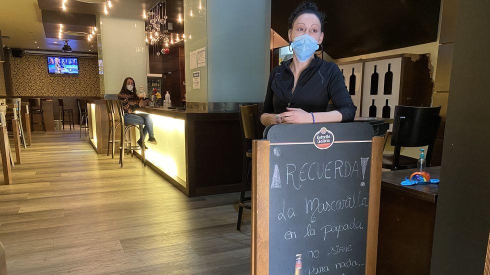 Mónica Moldes en su bar el lunes, dos días antes de que la Xunta prohibiese la consumición en barra en O Barco