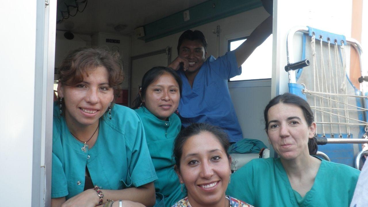 Aurora Fernández, a la derecha, con varios compañeros durante un turno de guardia en ambulancia
