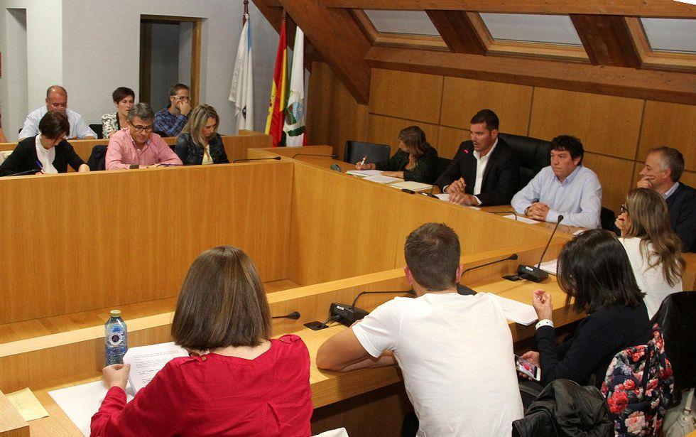 A Estrada aprobó en pleno pedir el traslado del 112 y el 061 a la Axega y Santiago pidió que se paralice.