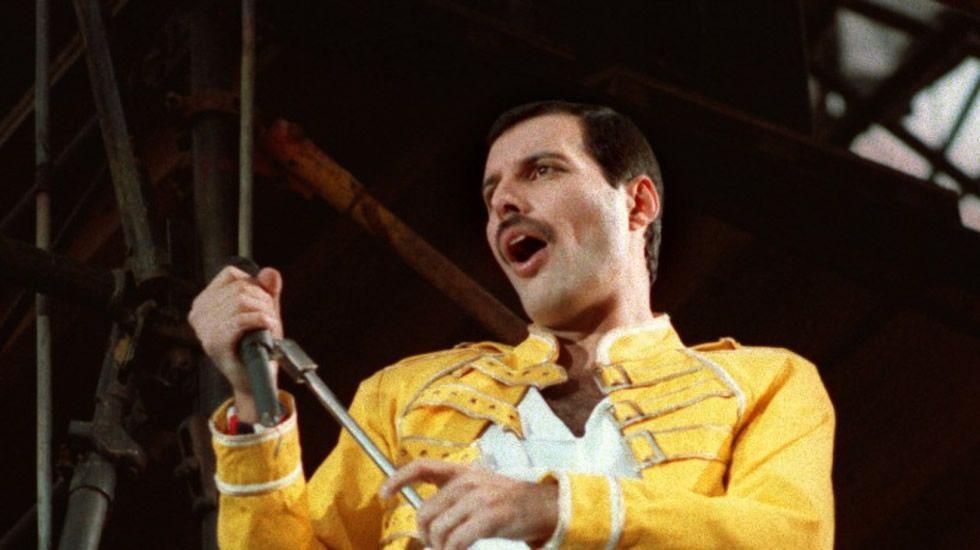 Freddie Mercury canta a capela «We are the champions», a cape.El grupo ferrolano de tributo a Queen actúa esta noche en el Mesón A Rúa de Catoira