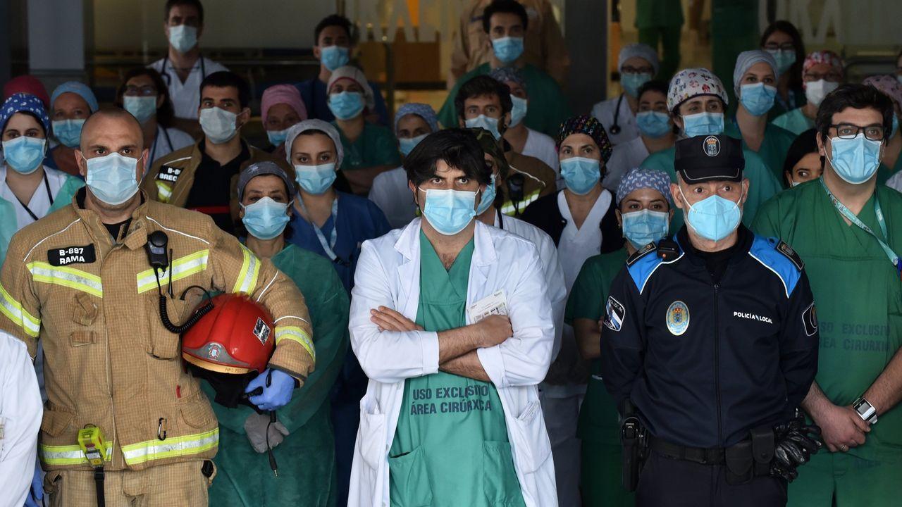 Atentados al patrimonio.25 de abril. Minuto de silencio de sanitarios del Chuac, acompañados de los servicios de emergencias, por sus compañeros fallecidos