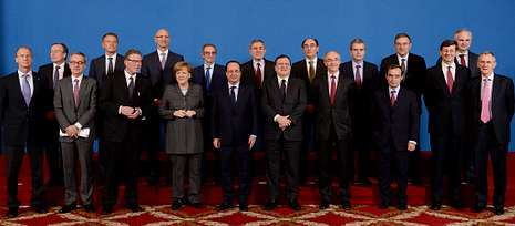«El paro es el principal desafío de España».Isla (tercero por la derecha en la fila superior), en el acto de Merkel, Hollande y Barroso con los empresarios.