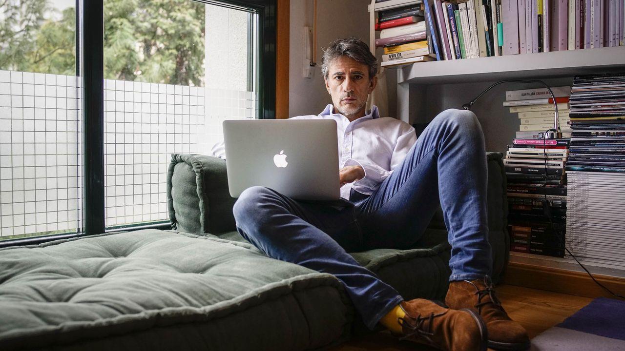 El escritor Juan Tallón, autor de «Rewind», llevó a cabo en la pandemia una «mudanza interior»