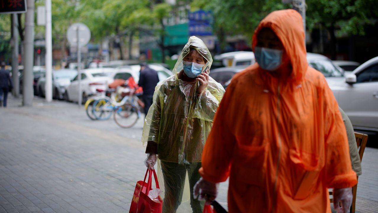Dos personas con mascarilla en una calle de Wuhan