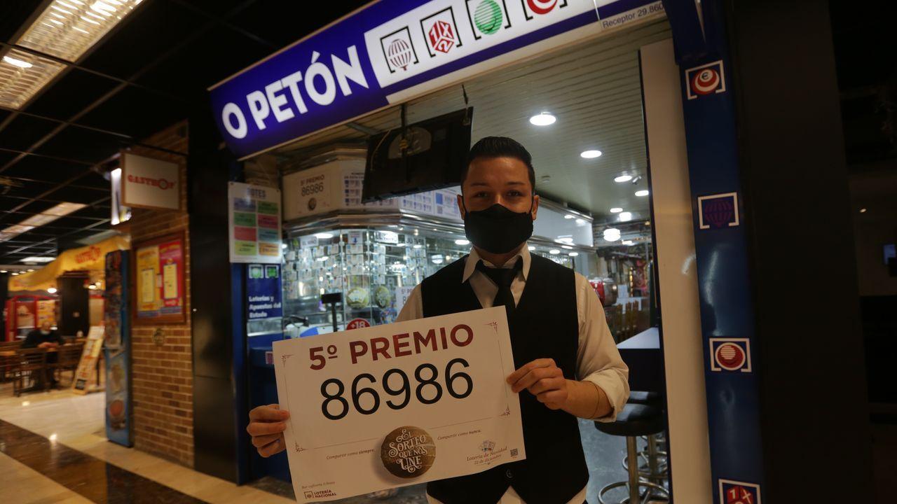 El 86986, un quinto premio, muy repartido por Galicia.Muy temprano, fueron los periodistas los que despertaron a Manolo Seoane, Mol, para darle la noticia de que en su despacho El rincón de la suerte de O Petón, ubicada en el Centro Comercial Cuatro Caminos, de A Coruña, se había vendido un quinto premio.