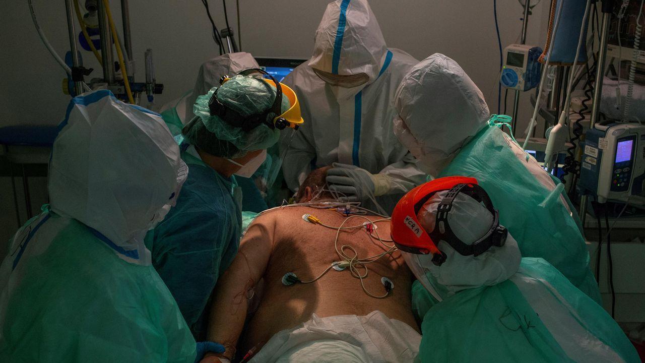 Sanitarios atienden a un paciente con coronavirus en la unidad de reanimación (REA) del Complejo Universitario de Ourense, este miércoles. Agotados pero al pie del cañón un día tras otro. Así están en críticos. No en vano, es la mejor definición del estado de ánimo de los profesionales sanitarios que lidian con los contagios de la covid-19, tanto desde Cuidados Intensivos (UCI) como en REA, unidad de vigilancia postquirúrgica.