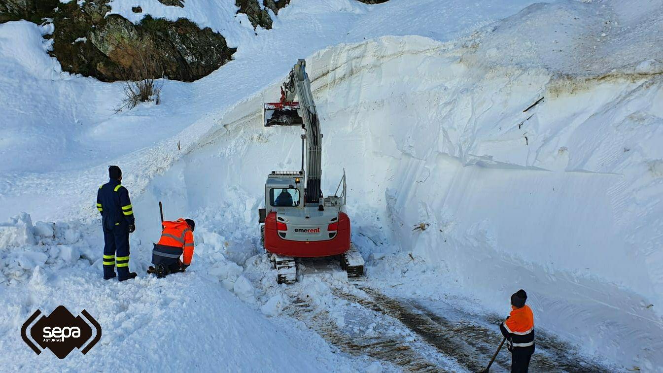 La nieve acumulada dificulta la búsqueda del operario desaparecido