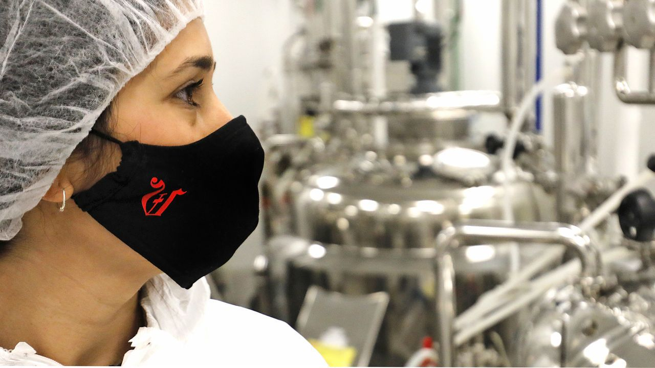 La periodista de La Voz de Galicia, Uxía Rodríguez, dentro de la planta de producción